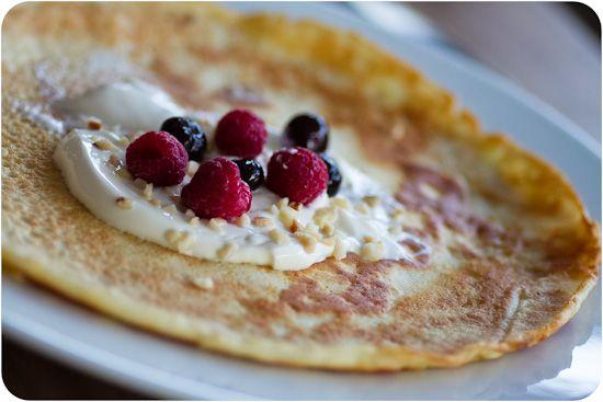 Jag äter nästan uteslutande omelett eller pannkaka till frukost. Gott och går fort och jag får i mig minimalt med kolhydrater men mycket protein och nyttigt fett.  Så här gör jag min pannkaka på morgonen! Det är i princip samma recept som de