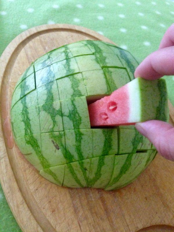 Wassermelone in Stiftform schneiden | Frag Mutti