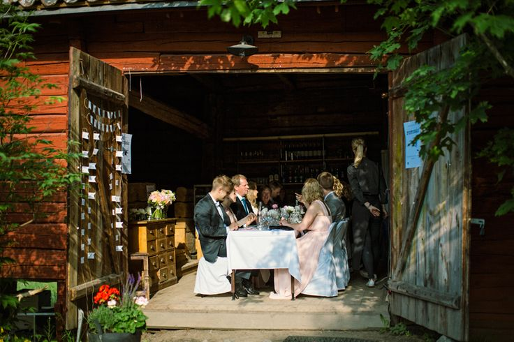 Summerish weddingdinner in a barn.