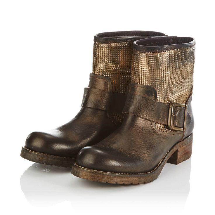 Das passt zur Jeans: braunes Leder, ein goldfarbener Mesheinsatz am Schaft, ein Zierriegel mit antikgoldfarbener Schließe und die Profilsohle mit Steppnaht.
