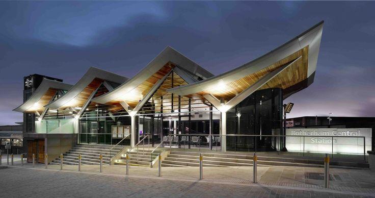 Construído pelo Aedas na Rotherham, United Kingdom na data 2012. Imagens do Daniel Hopkinson. A estação central de Rotherham tem sido muitomelhorada graças a um projeto de reconstrução de £ 8.500.000, projetado...