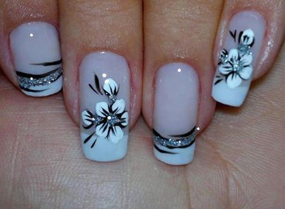 Unhas de gel decorada com flor branca.