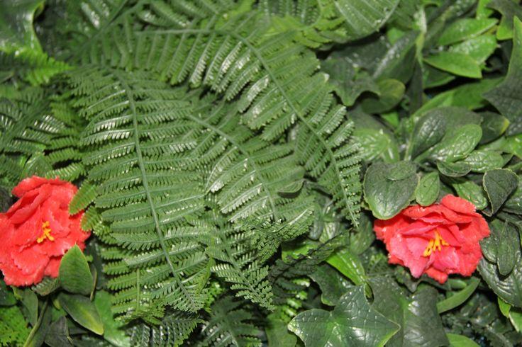 HELECHO MIXTO: Conjunto de diferentes tipos de follajes, hojas, flores y helechos; para espacios donde se tenga la necesidad de acentuar un ambiente más frondoso, colorido y natural.