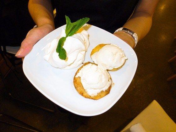 Жареные яблоки с кремом Шантильи