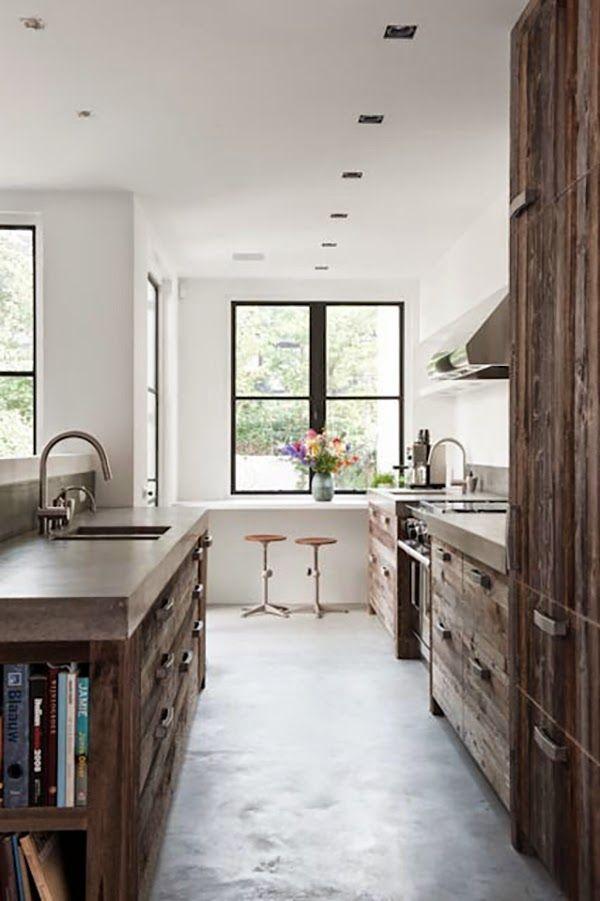 Få gode ideer til indretning af køkkenet med en betonbordplade sammen med materialer i træ. En rustik og industriel køkkenindretning der er unik.