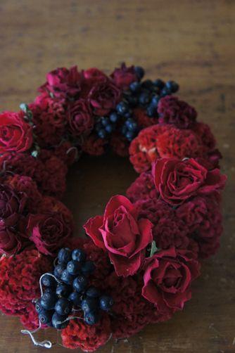 赤いバラとケイトウ、シャリンバイのオーバルリース