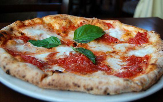 La pizza più famosa, una birra che ha fatto storia: perché abbinarle.