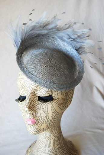 Tocado en base de sinamay con peinecilla y adorno de plumas. www.tocadoscloe.com fascinator, sinamay, feathers, headpiece