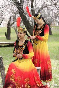 Uygur Milliyet, Sincan Uygur Uygurlar, özellikle dans ve şarkı keyfini çıkarın. Böyle düğün törenleri olarak Şenlikleri geleneksel halk dansları katılmak, tüm konuklara kutlanır. Uygur kültürü, bilgelik, edebi ve sanatsal yeteneklerini yansıtır. Şiirler ve sözlü efsaneleri hep popülerdir. Afanti hikayesi Uygur childre arasında popüler bir masal-