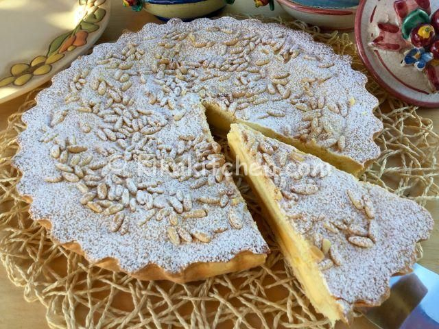 La torta della nonna è un delizioso scrigno di pasta frolla con morbido ripieno di crema pasticcera. Ricoperta di pinoli e zucchero a velo.