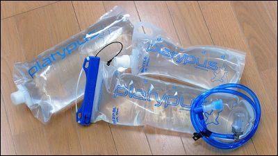 夏場には熱中症の予防のためにもこまめに水分を補給することが大切ですが「大きくてかさばる水筒やペットボトルを持ち歩くのはイヤだ」という人におすすめなのが、特殊なフィルムを使用した水筒(水袋)「プラテ