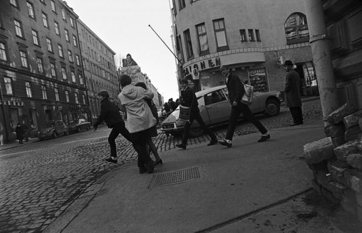 Nuorisoa ylittämässä Liisankatua Meritullinkadun kulmassa Helsingin kaupunginmuseo Simo Rista SER 1969