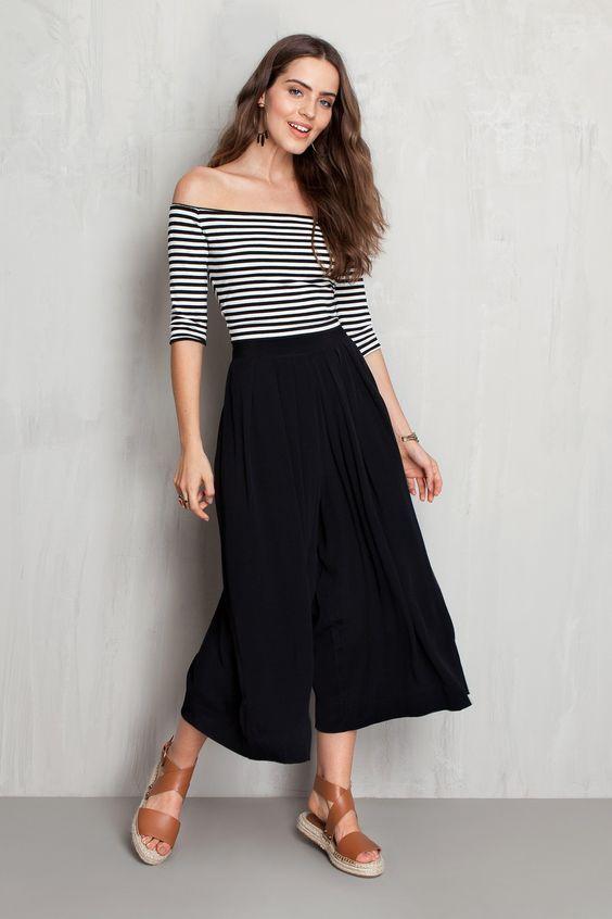 Calça Pantacourt Preta com blusa de listras - look perfeito para uma garota moderna e antenada