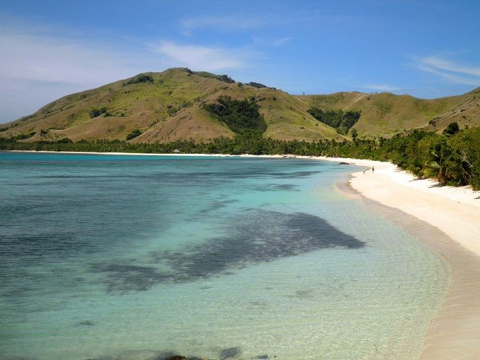 FIJI  Spostiamoci in Oceania, nelle acque blu cobalto del Pacifico: scegliete le isole Fiji se siete alla ricerca di un paradiso naturale. Qui infatti la natura è sovrana indiscussa, tra spiagge incantate che vantano ricchissime barriere coralline, lussureggianti palmeti e lagune incredibili. Viti Levu è l'isola più grande dell'arcipelago, che conta poco più di trecento isolotti, ed è la più turistica. Molto bello anche il gruppo delle Mamanuca e delle Yasawa, tutte da scoprire…