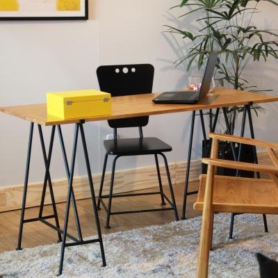A Escrivaninha Boa Pinta é moderna e descolada, inspirada na tendência cavaletes de ferro, no melhor estilo industrial. Tampo produzido em madeira pinus.#design #decoratingideias #decoraçao #homeoffice #escritorio #escrivaninha #criadomudo