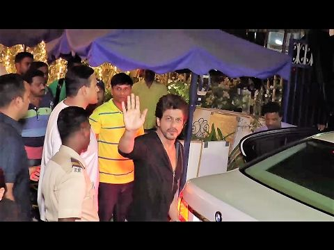 SPOTTED ! Shahrukh Khan at a Local cafe in Bandra, Mumbai | SRK Fans Go Crazy.  Click here to see the full video > https://youtu.be/nEiHF_jFRng  #shahrukhkhan #bollywood #bollywoodnews #bollywoodnewsvilla