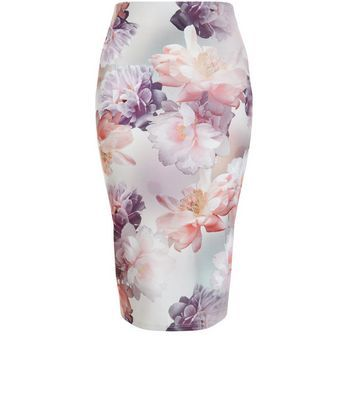 """Expand your evening wardrobe when pairing this pencil skirt with the matching crop top, perfect as we move into the spring season.- Matching crop top available- All over floral print- Elasticated waist- Slim fit that is closely cut- Midi length- Model is 5'8""""/176cm and wears UK 10/EU 38/US 6"""