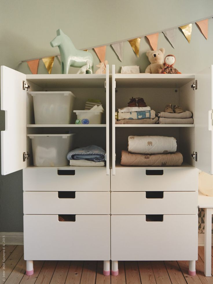 Gör plats för lek och stuva undan barnens kläder, pyssel och prylar i finaste förvaringen. Ett barnrum bör vara både vara praktiskt och lättillgängligt, och samtidigt kännas mysigt och ombonat.
