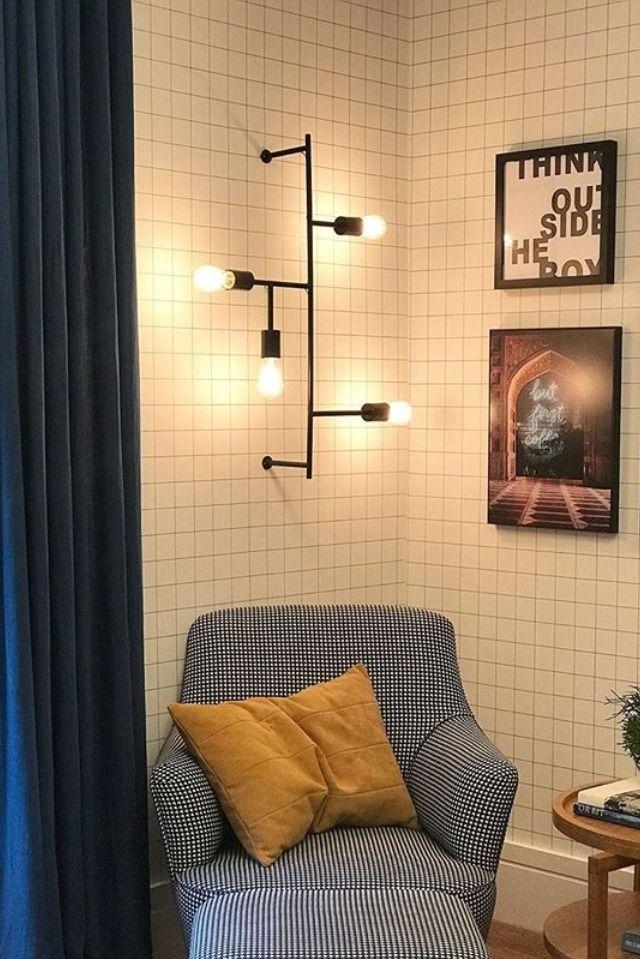 Arandela em aço preto com lâmpada de filamento de carbono na sala de estar    Cores de decoração para casa, Paredes criativas sala, Lâmpada filamento