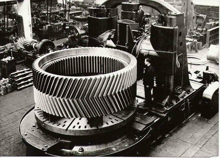 1928 Škod Plzeň. Kovaný ozubený věnec pro válcovací stolici s vnitřním a vnějším ozubením. Při frézování vnějšího ozubení na stroji Lozenz..