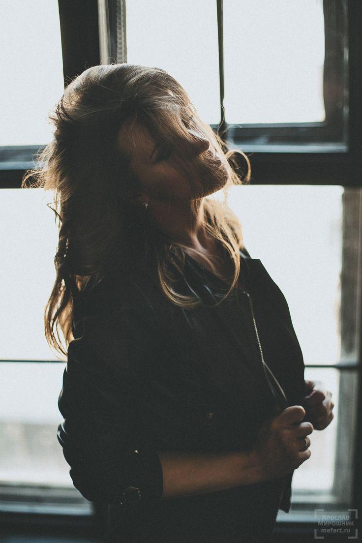 фотография в студии девушка в стиле рок в кожаной куртке