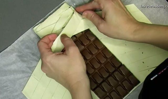 Egy tábla csokit tesz a leveles tésztába, majd elkezdi behajtogatni. Elképesztően FINOM sütit készít!
