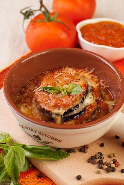 Баклажаны, запеченные с моцареллой и пармезаном в томатном соусе