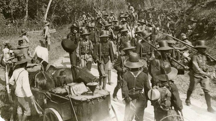 Oorlog, Eerste Wereldoorlog. Mobilisatie Nederlandse leger in Ned. Oost-Indië (huidige Indonesië). Indische troepen op mars, links een Japanse veldkeuken getrokken door kleine inlandse paarden. 1915.