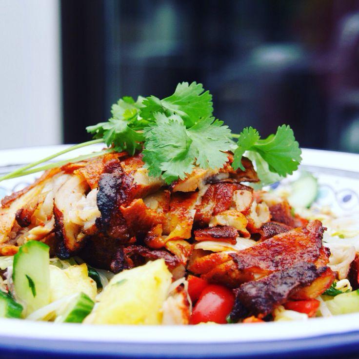 Een exotische salade met crunchy kip en ananas. Gemakkelijk, gezond,  goedkoop en klaar in een handomdraai! Bekijk het simpele recept op food.elky.nl