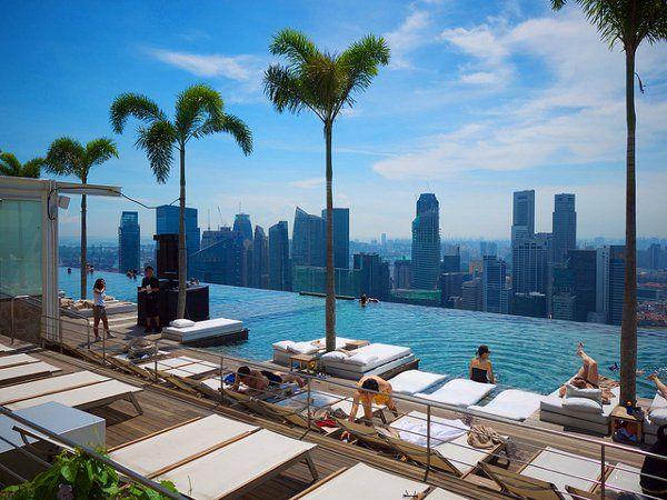Infinity pool van het Marina Bay Sands Skypark (foto: Mike Scott)  http://www.zuidoostaziemagazine.com/8-keer-anders-skyline-van-singapore/#