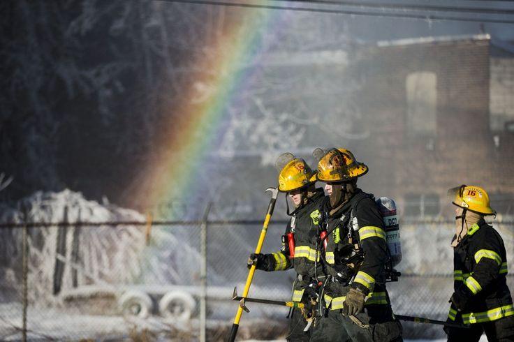 Bombeiros extinguem fogo em loja de Kensington, Filadélfia, sem o registro de feridos. Ao fundo, gelo e arco-íris se formam após água ser lançada nos focos do incêndio (Foto: Matt Rourke/AP) - http://epoca.globo.com/tempo/filtro/fotos/2015/02/fotos-do-dia-24-de-fevereiro-de-2015.html