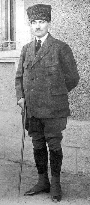 1922: Turkish leader Mustafa Kemal Ataturk (1881 - 1938), born Mustafa Kemal in Salonika.