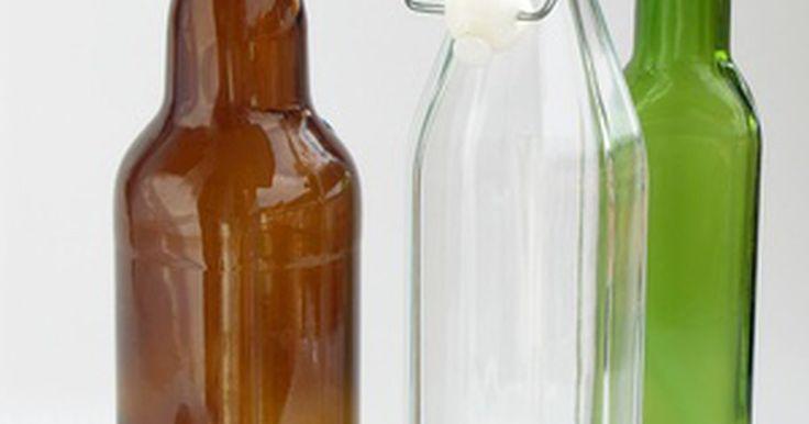 Cómo hacer un cortador de botella. Reciclar botellas de vidrio viejas en vasos, vasos descartables o jarrones, no es una idea nueva. Generaciones de personas prácticas descubrieron que las botellas de vidrio ofrecían un sinfín de posibilidades para otros usos. Podrías comprar un cortador de vidrio comercial o podrías probar uno de los dos métodos que las generaciones de personas ...