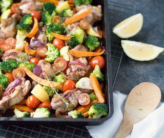Soms heb ik gewoon zin in een simpel gerecht waarbij je alles in de oven gooit en er weinig omkijken... Het bericht Zoete aardappel, kip en groente uit de oven verscheen eerst op Eef Kookt Zo.