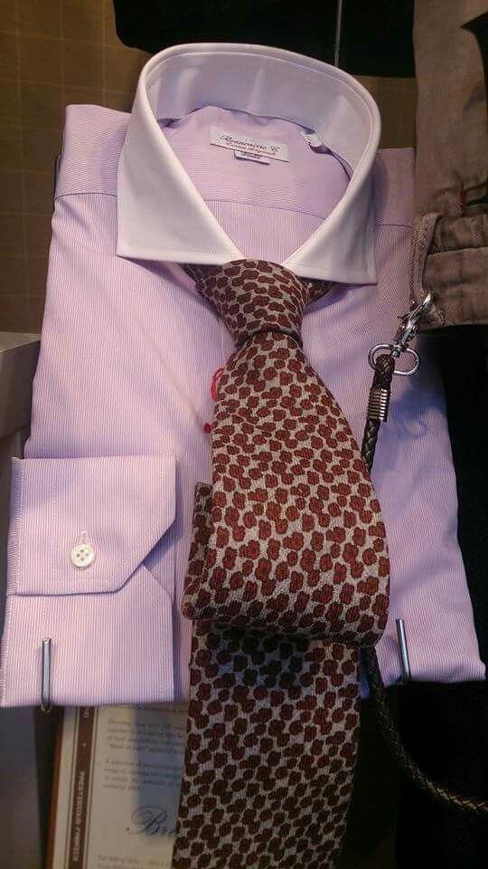 Camisa de color malva de cuello blanco y corbata de lana fondo gris y florecitas amarronadas de Petronius Milano. Disponible en nuestra tienda.  Estilo Carmelo Abadias.  #shirt #tie #camisa #corbata