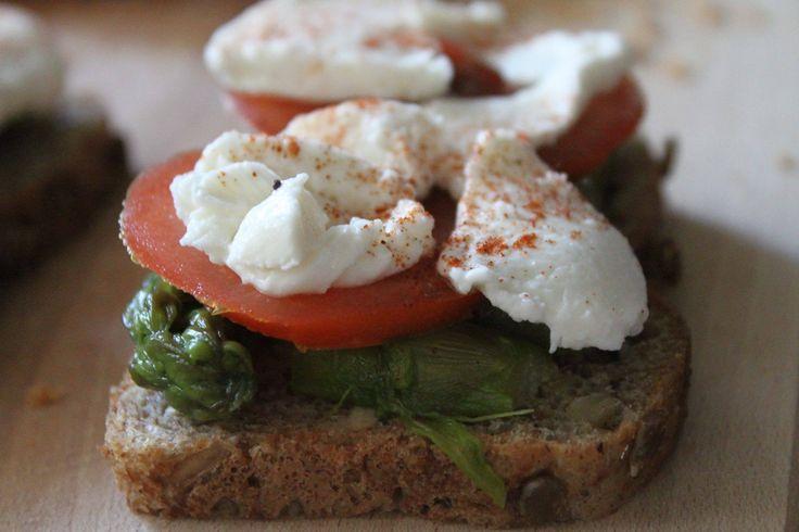 GRZANKI NA CHLEBIE RAZOWYM ze słonecznikiem , szparagami ,pomidorem i mozzarellą