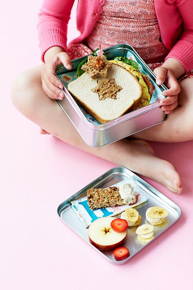 Overrask dit barn med et sjovt formet brød i madpakken. Alt du skal bruge er en kageudstikker og lidt fantasi #madpakke #inspiration #skolestart