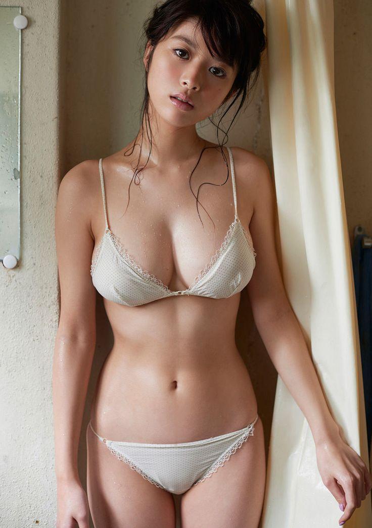 巨乳女優・馬場ふみか(21)の尻と太ももがムチムチ!色白ビキニにフルボッキ!