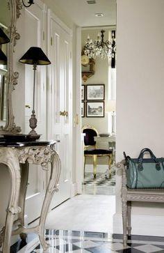Podłoga w kuchni i holu to klasyczny artdecowski wzór. Brygida ułożyła jedynie mniejsze płytki.
