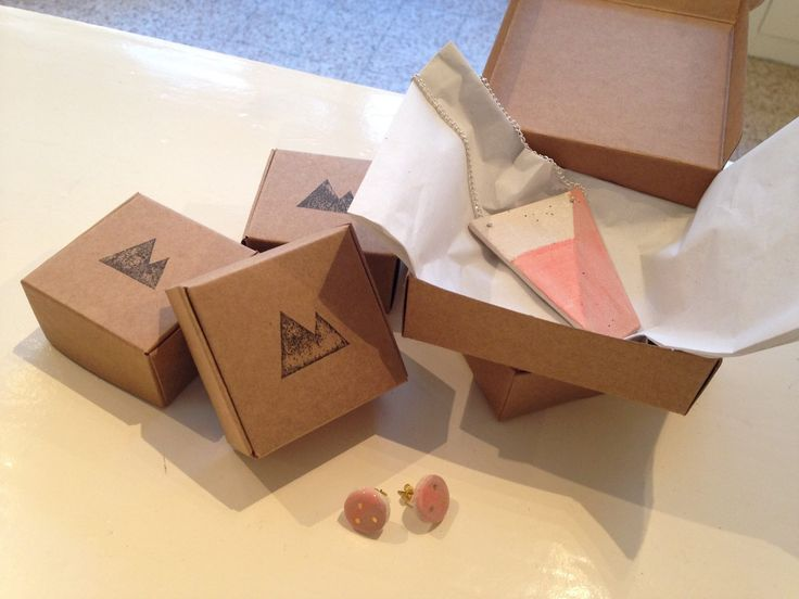Stamp giftbox for our handmade ceramic jewelry. www.kleienzij.nl