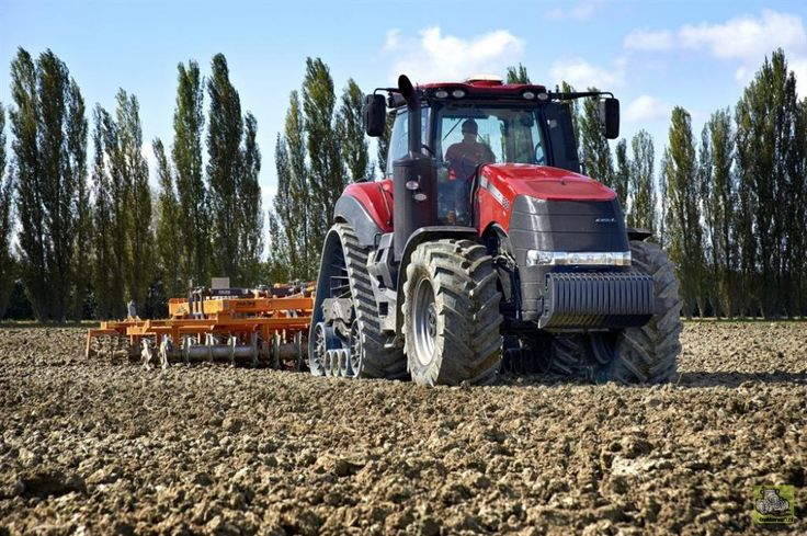 The Rowtrac option for the Case IH Magnum 340 and 380 tractors makes its UK debut at LAMMA.
