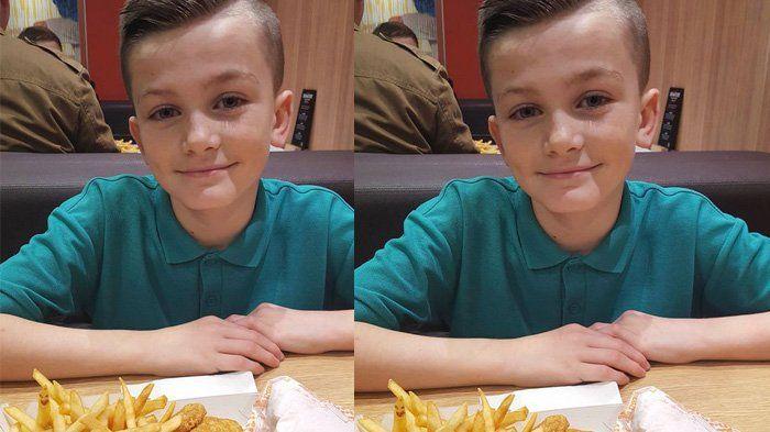Sekilas Foto Anak Ini Terlihat Biasa, tapi Ada Sosok Tak Terduga yang Malah Ikut Tertangkap Kamera!