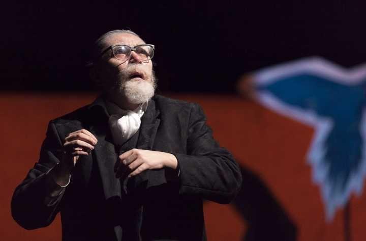 Depois de estrear no Festival Mirada, a versão da Cia. Club Noir para o romance Leite Derramado, de Chico Buarque, tem nova temporada no Sesc Consolação.