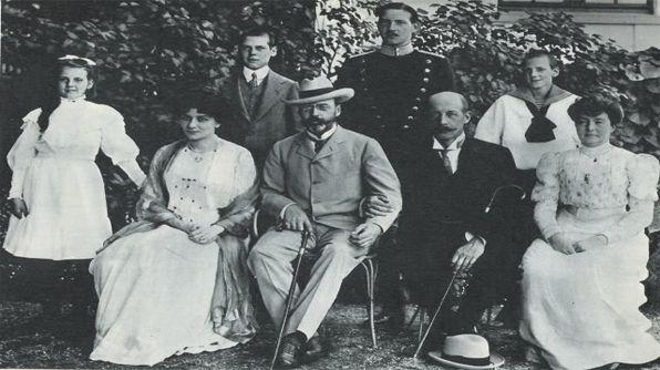 homosexualidad en casas reales- orge de Grecia del brazo de su tío y amante Valdemar de Dinamarca, junto a sus esposas e hijos