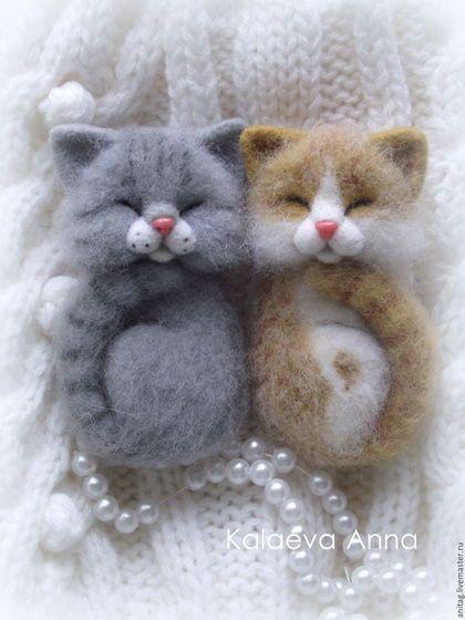 Купить или заказать Спящий котенок,брошь в интернет-магазине на Ярмарке Мастеров. В наличии только Рыжий котик! Рыженький котик с удовольствием пригреется и поспит у вас на кофточке,сумочке,воротнике,пальто,курточке,шарфике и т.д. Котик выполнен в технике сухого валяния из натуральной шерсти!