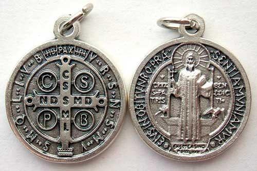 Esta es la medalla de San Benito , un gran santo del s.V, conocido principalmente por su regla  para la vida monástica, resumida en sus f...