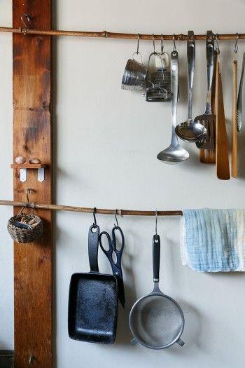 """調理道具は竹にひっかけて""""見せる収納""""にしている。"""