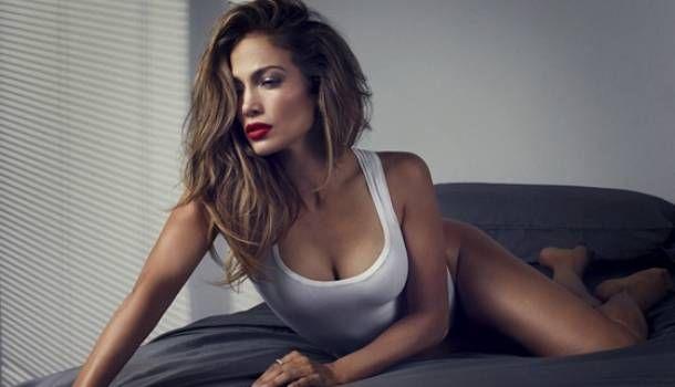 """¡Esta es la receta de Jennifer Lopez para estar así de sensual! Jennifer Lopez mostró en un evento de caridad la receta para un licuado que prepara todos los días para ella y su familia. """"Sabía que lo que estaba comiendo no me estaba dando la suficiente energía. Me di cuenta después de un tiempo, y que estaba dándole lo mismo a mis hijos. ¿Será bueno para ellos? Así que estaba lista para probar algo distinto. Este licuado tiene un sabor fresco, y estás haciendo algo bueno por tu cuerpo…"""