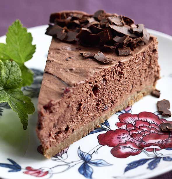 Suussasulava mustaherukka-suklaajuustokakun pohja tehdään Digestive-kekseistä. 1. Murenna keksit monitoimikoneessa tai tehosekoittimessa. Seko…