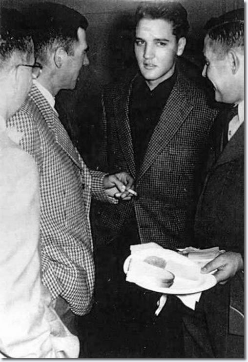 Christmas 1959: Elvis Presley December 25, 1959, in the Army, Germany| December 1959 Elvis ' last Christmas in the Wetterau . It 's a party in Goethestrasse . Among the guests are also Priscilla Beaulieu , also father's friends Dee and Bill Stanley . However, Elvis disapproves of the relationship of his father to Dee Stanley, since she is married and has three children